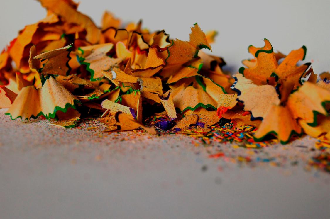 Restos de lápices de colores después de haberles sacado punta
