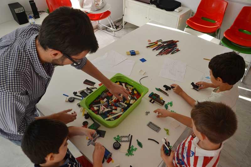 Los padres del Centro CADIS analizan cómo mejorar la educación en la primera sesión de «Altas Capacidades en Familia»