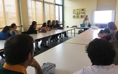 La directora de Centro CADIS explica a los padres las novedades del curso